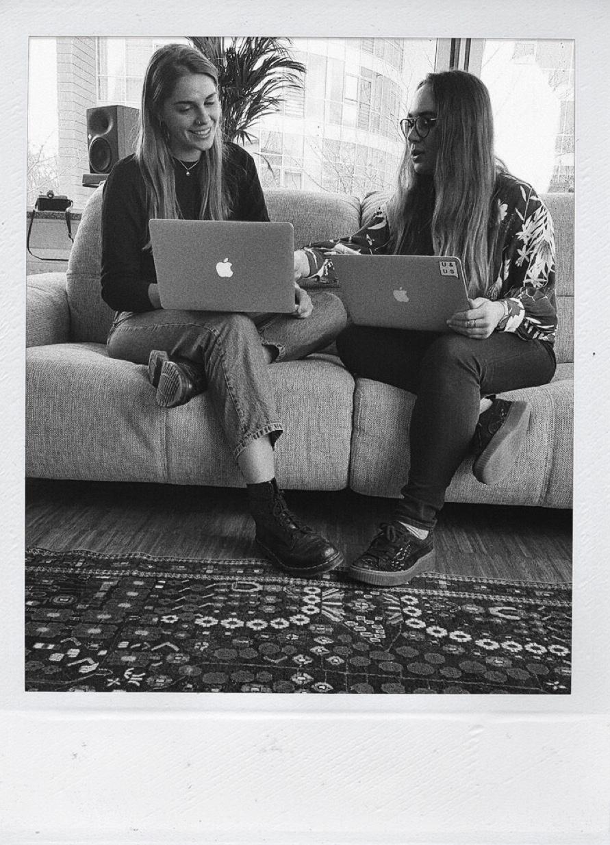 Anna & Julia im Büro bei den URBAN& UNCUT Studios
