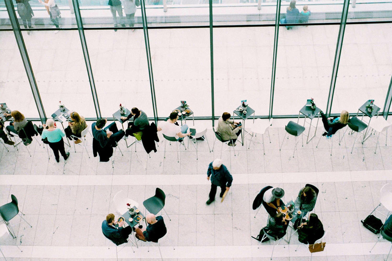 Bild zeigt Menschen von oben im Aufenthaltsraum/Cafeteria