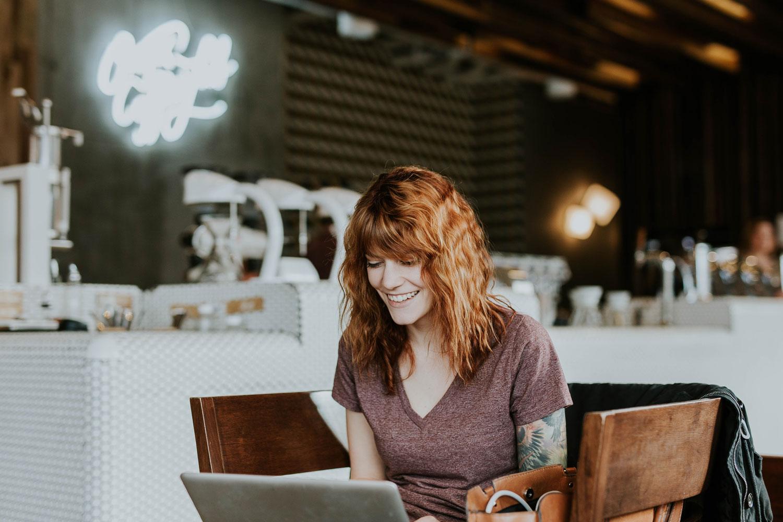 Bild zeigt Frau im Café welche an einer Marketingstrategie arbeitet