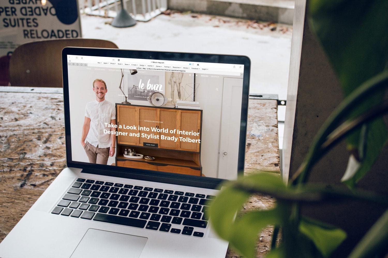 Bild zeigt Laptop bei der Erstellung einer Website