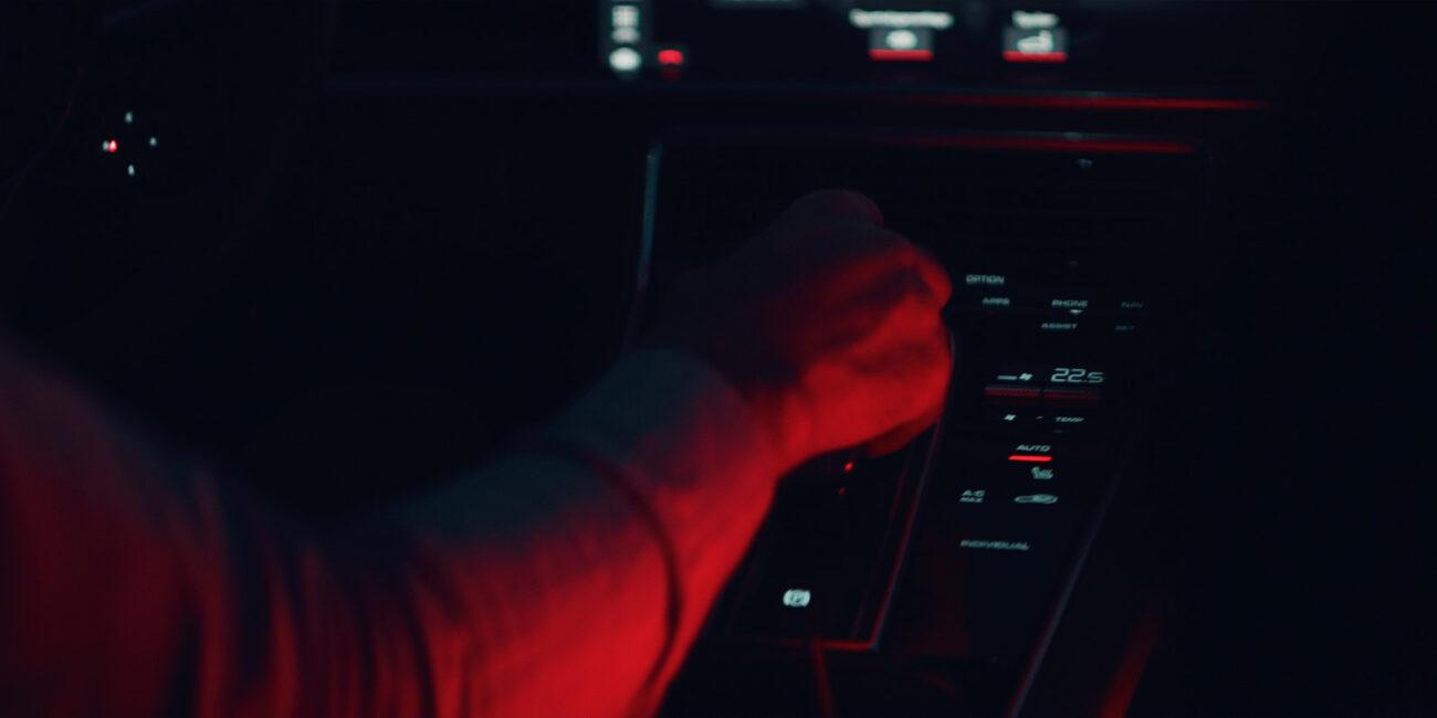 Porsche Panamera E-Hybrid Werbefilm Filmproduktion in Augsburg Interior rot geleuchtet mit Astera Titan Tube