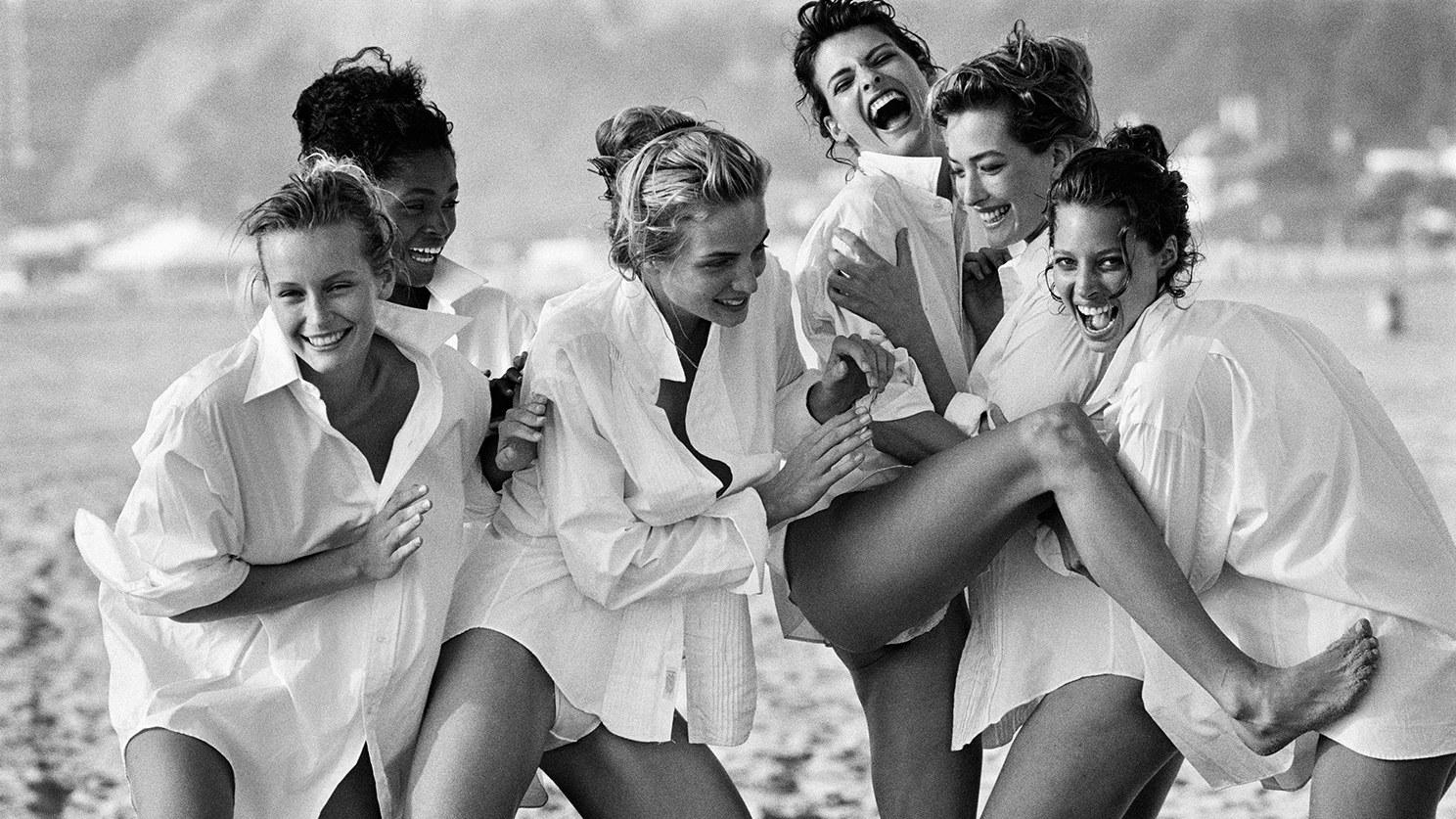 Peter Lindbergh's Supermodels am Strand in weißen Hemden schwarz/weiß