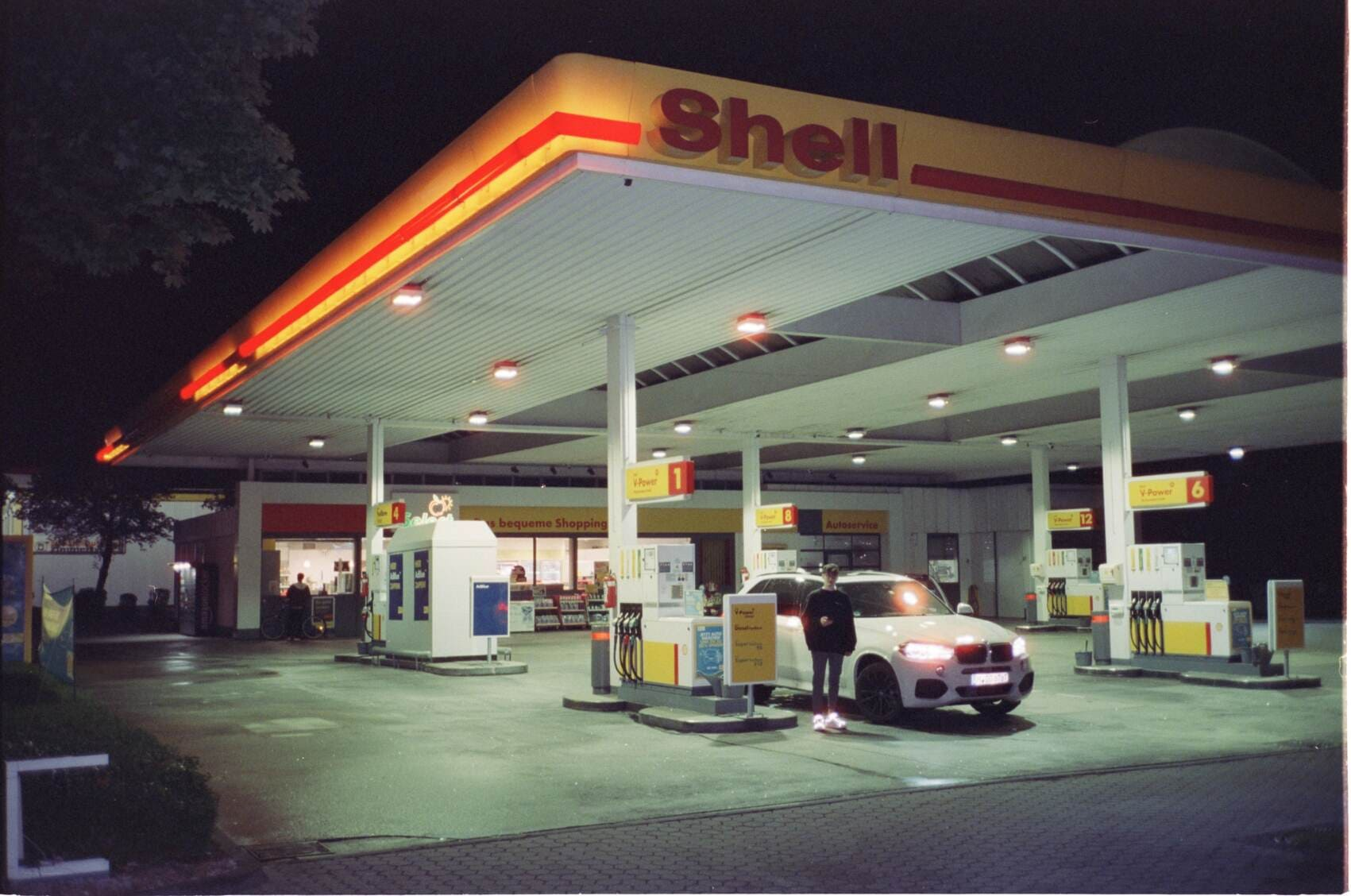 Locationscout Location Scouting Shell Tankstelle bei Nacht
