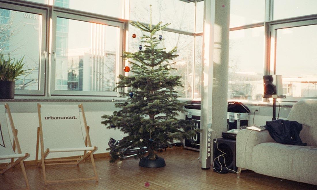 Agentur Augsburg URBAN & UNCUT Office in Weihnachtsstimmung mit Weihnachtsbaum