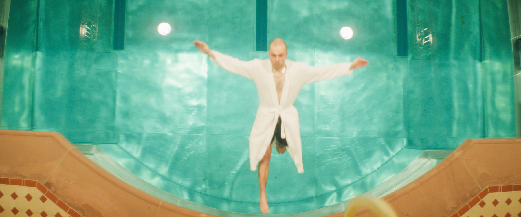 ERRDEKA lässt sich fallen im Musikvideo Kopf im Sand Filmproduktion