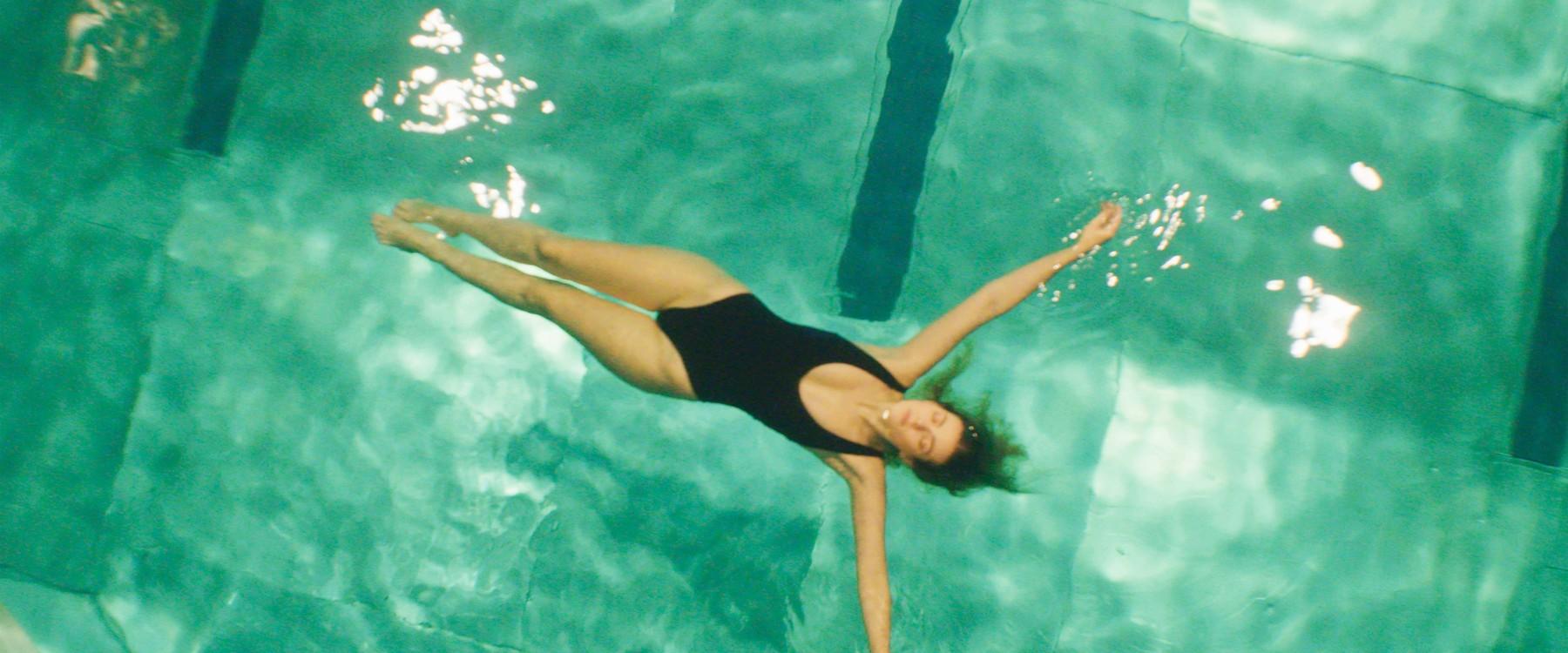 Model im Wasser bei ERRDEKA Musikvideo Kopf im Sand Filmproduktion in Augsburg