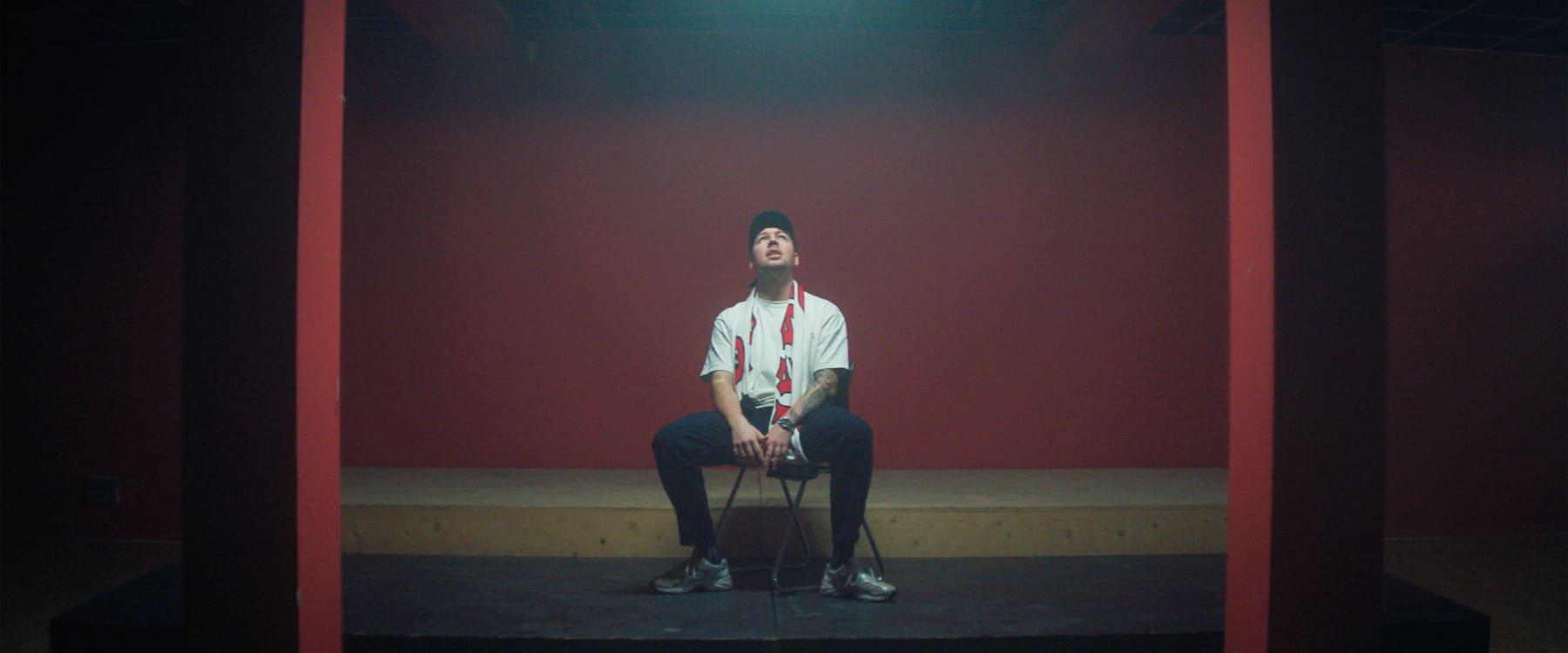 ERRDEKA allein auf dem Stuhl Musikvideo zum Lied Allein pt. II