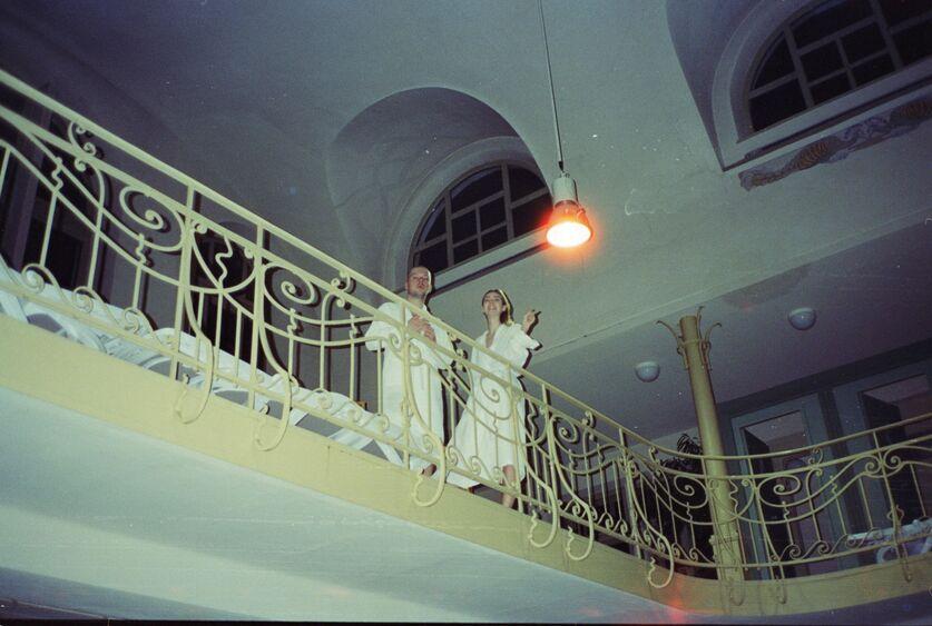 ERRDEKA mit Model auf dem Balkon Musikvideo Kopf im Sand Filmproduktion in Augsburg
