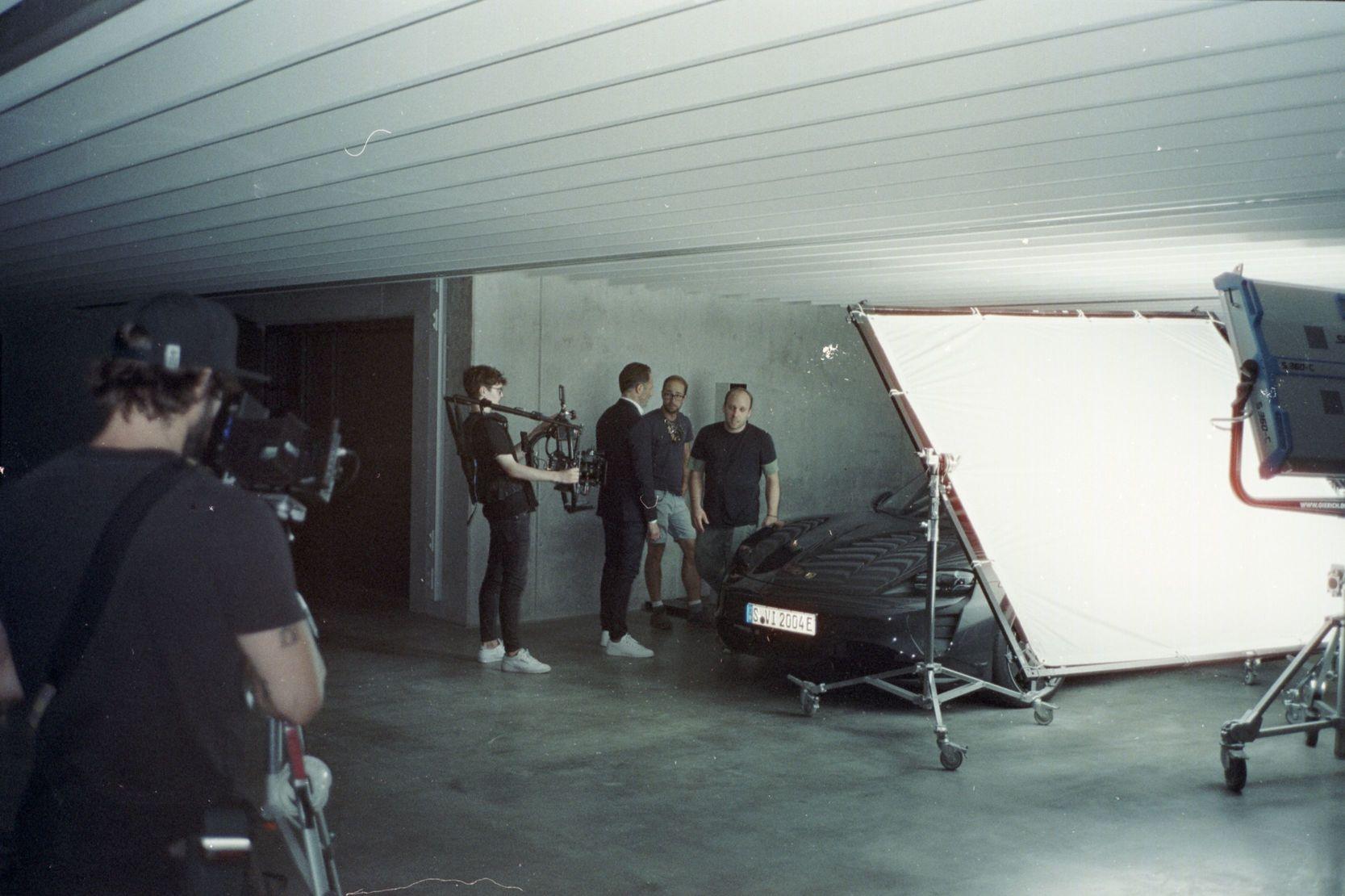 Porsche Werbefilm Filmproduktion in Stuttgart Postproduktion Taycan Dreh am Set mit Team Jürgen Christa Tim Wallstein Andre Danke Till Hennig Linus Kirschner