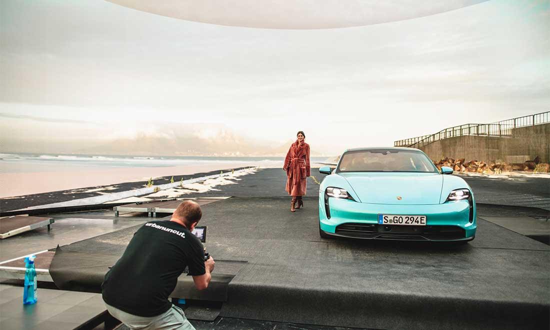Filmproduktion Hyperbowl Studio München Porsche Taycan am Strand im Studio