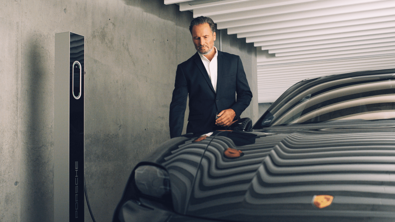 Stuttgart Filmproduktion Porsche Taycan TEQ Charging Andre Danke an der Ladesäule