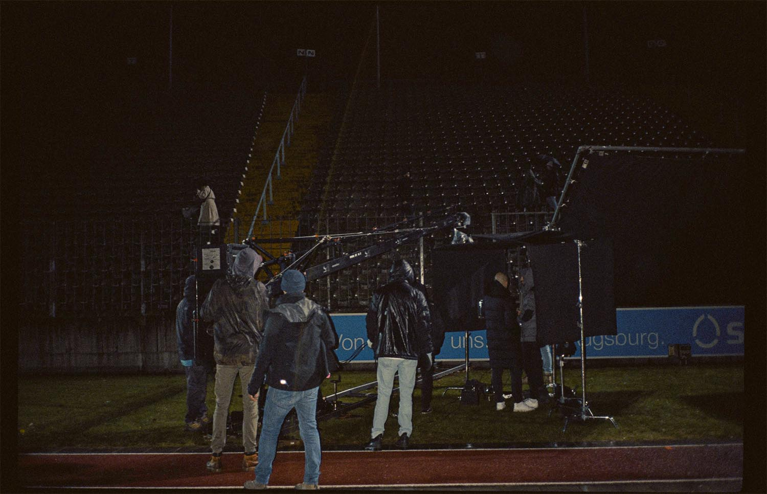 Born Guilty mit The Sweetspot Social Spot Filmproduktion Augsburg Rosenaustadion Film Set Regen