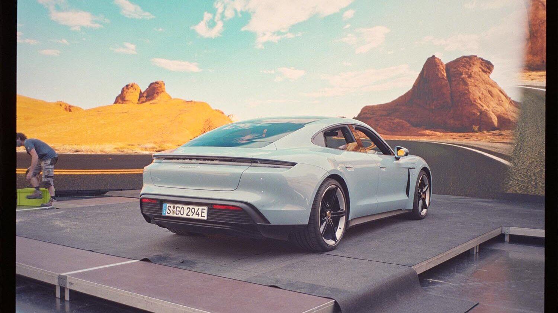 Filmproduktion Hyperbowl Studio München Porsche Taycan vor Desert Kulisse