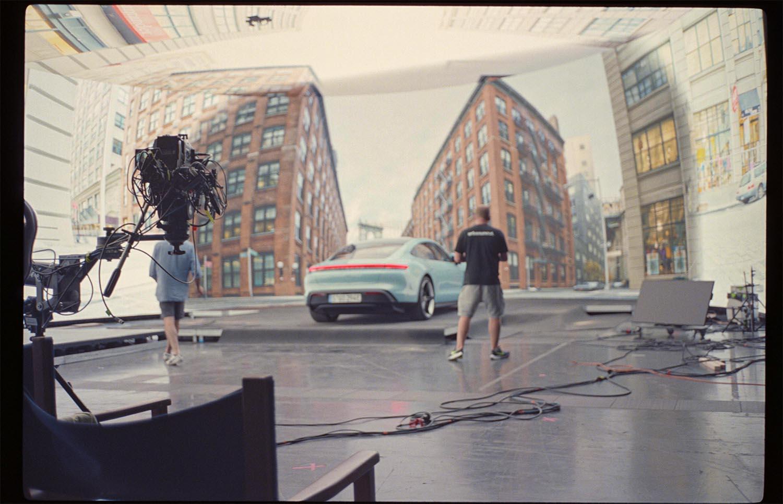 Filmproduktion Hyperbowl Studio München Porsche Taycan vor New York Kulisse im Studio