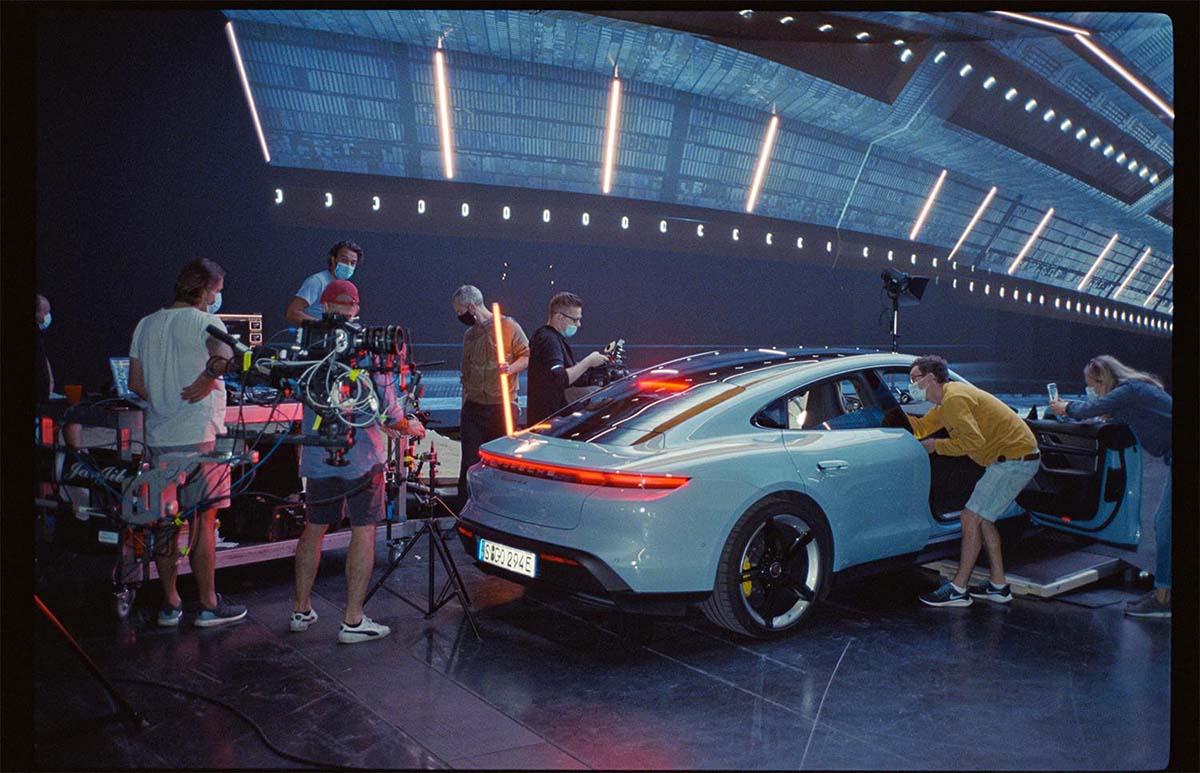 Filmproduktion München Hyperbowl Studio München Porsche Taycan Kamera Kran im Studio