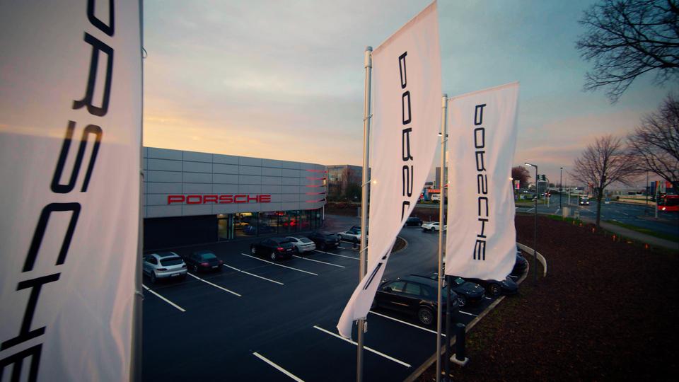 Filmproduktion Dortmund Branden Content Destination Porsche Zentrum Flaggen