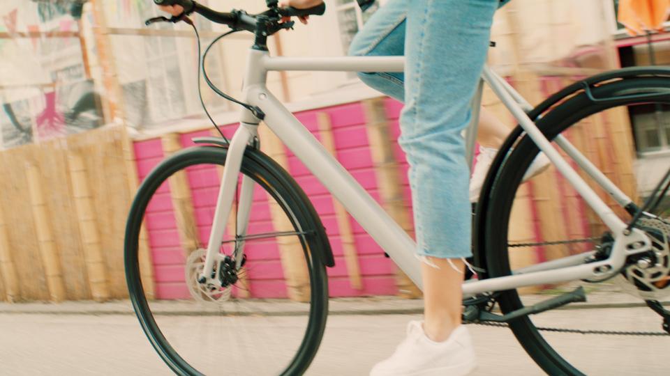 Filmproduktion Werbefilm München e-bike fährt auf der Straße