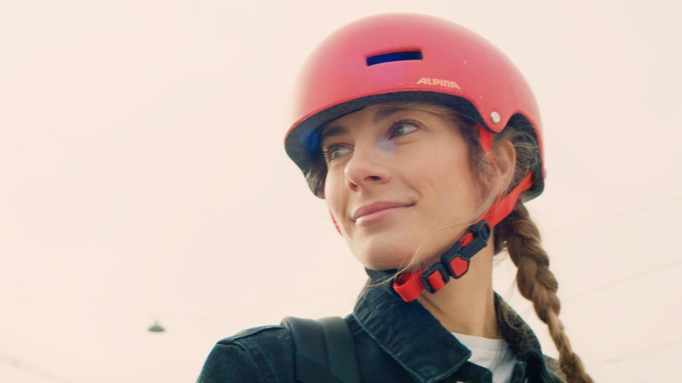 Filmproduktion Werbefilm München Model mit Helm auf