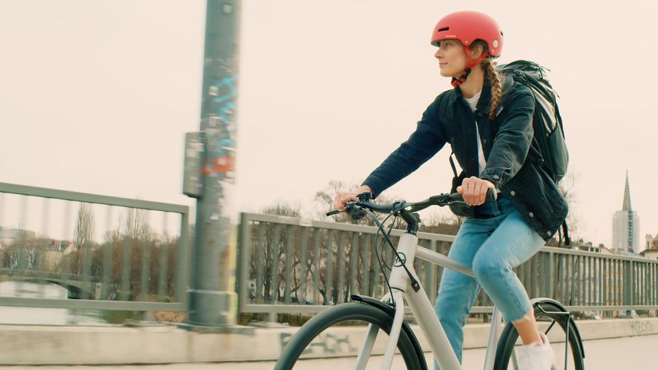Filmproduktion Werbefilm München e-bike fährt über brücke