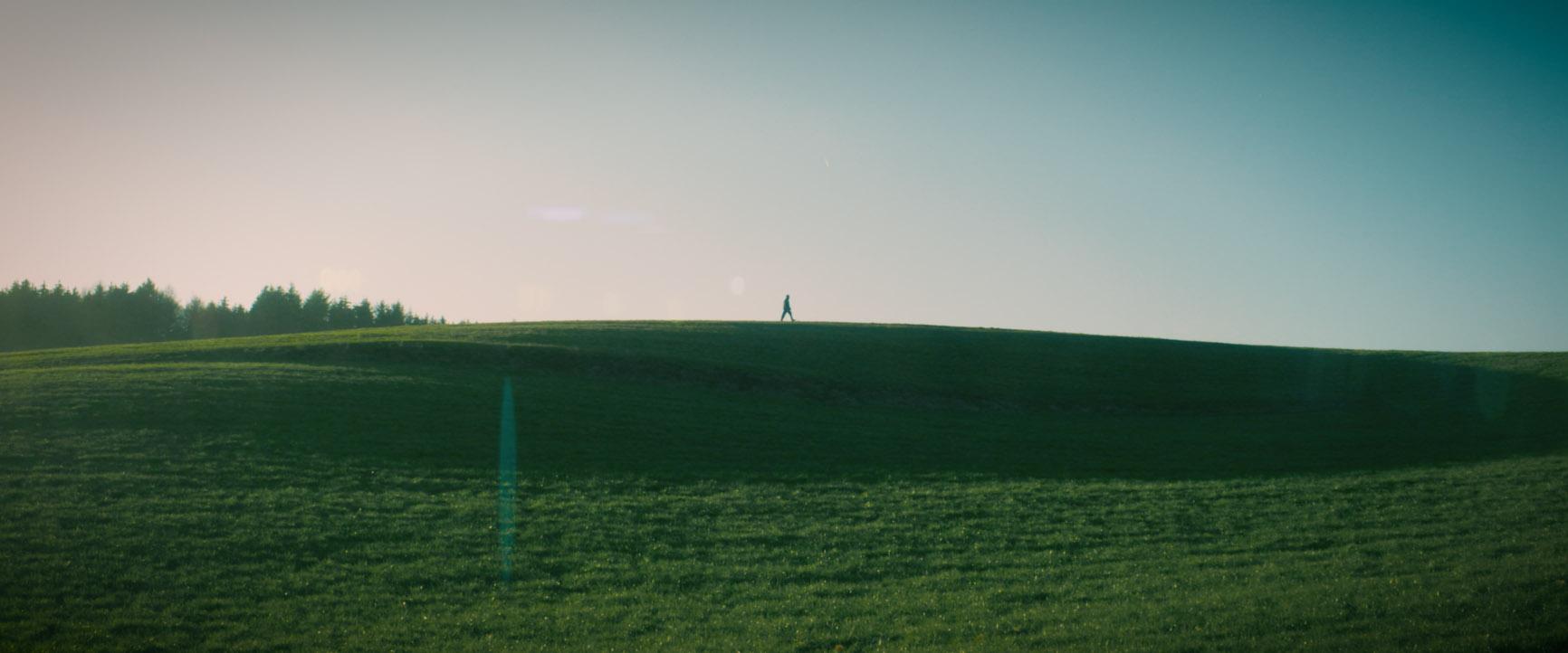 Weites Feld mit einer Person Musikvideo zum Lied Rosengarten