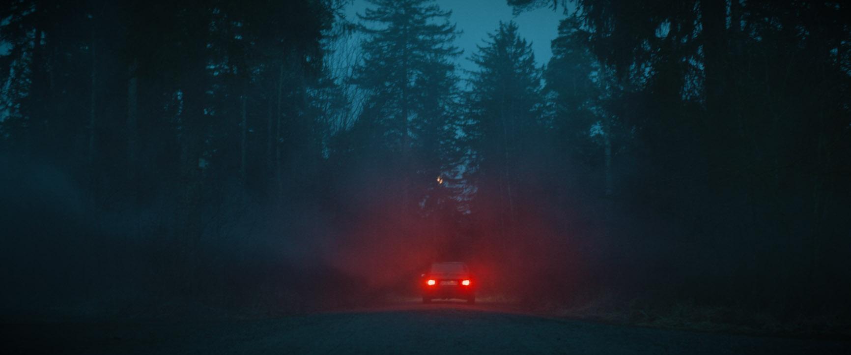 Auto fährt nacht im Wlad rote Scheinwerfer Musikvideo zum Lied Rosengarten