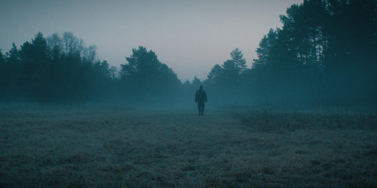 Nebel errdeka auf weitem Feld im Wald Musikvideo zum Lied Rosengarten
