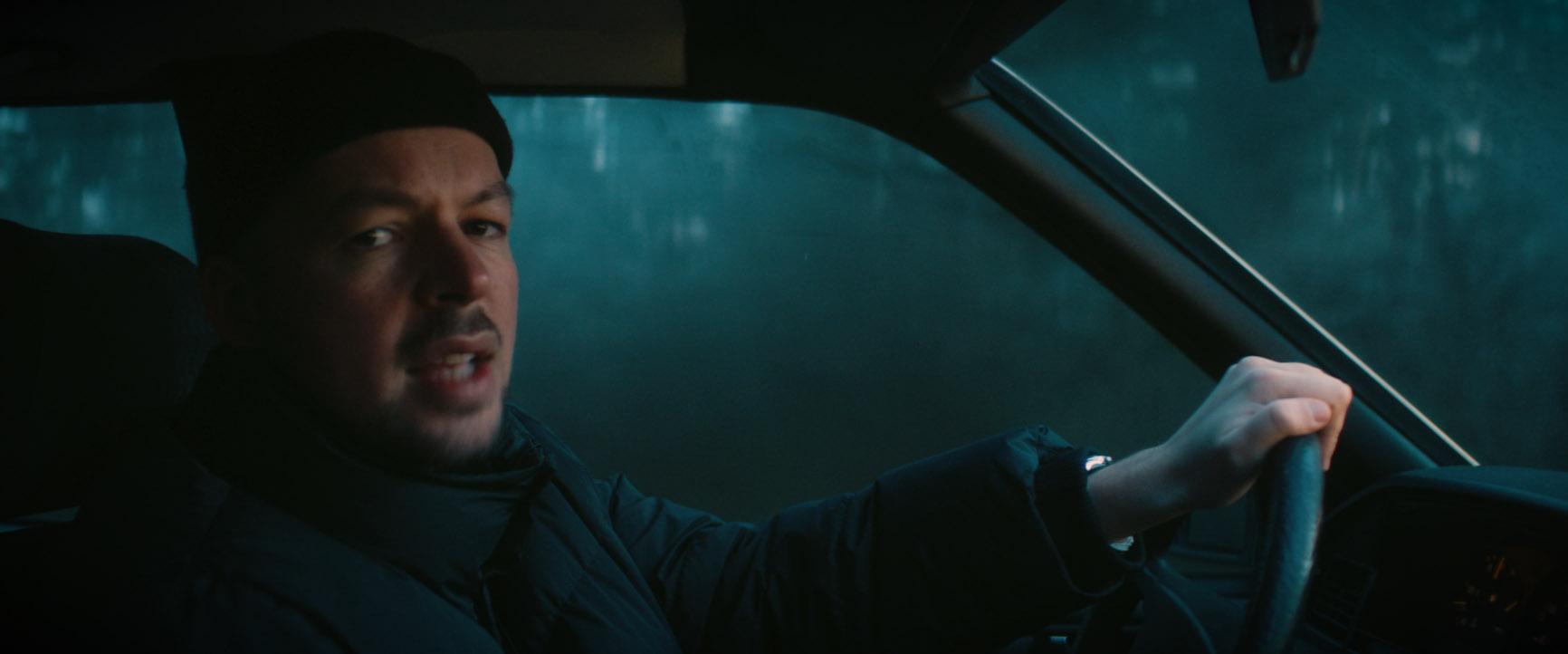 ERRDEKA im Auto Musikvideo zum Lied Rosengarten